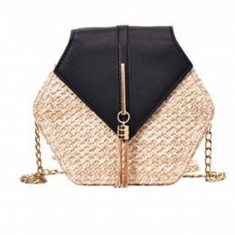 Modna rattanowa torebka damska na złotym łańcuszku z elegancką skórzaną kolorową klapą sześciokątny kuferek na ramię styl boho