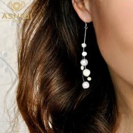 Eleganckie wiszące kolczyki damskie srebrne z ozdobnymi okrągłymi naturalnymi perłami z połyskiem