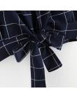 Modny krótki dopasowany crop top damski w klasyczną kratę na cieniutkich ramiączkach głęboki dekolt wiązany na plecach